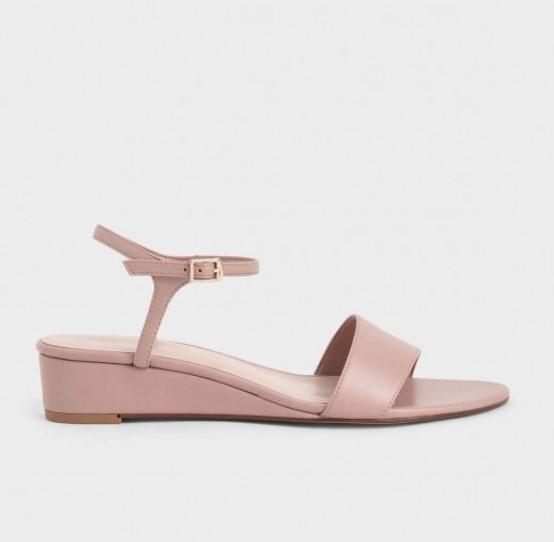 4 ความคุ้มค่าของการซื้อรองเท้าส้นเตารีด รู้แล้วคุณจะยิ่งรักรองเท้าสไตล์นี้